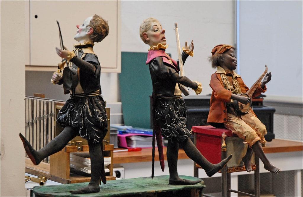 """Automates """"Clowns musiciens"""", et """"joueur de banjo"""" de Roullet-Descamps, 1870, en restauration dans l'atelier des réserves du musée des arts et métiers à Saint-Denis."""