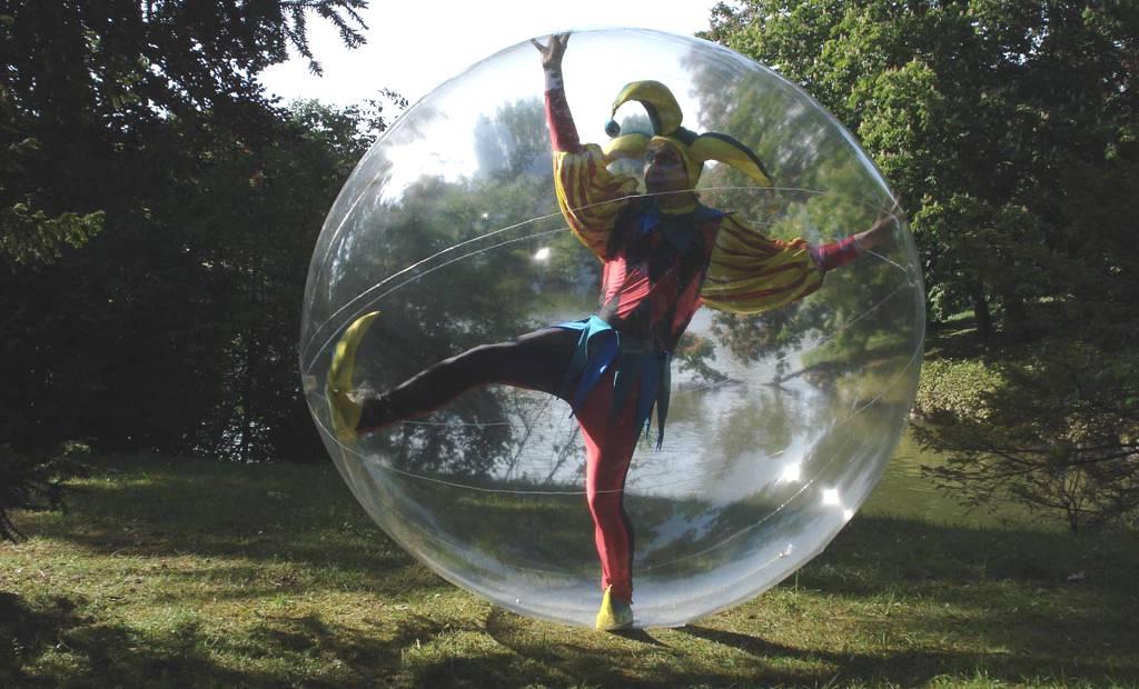 artiste dans bulle transparente